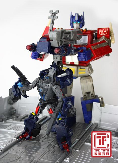 [TFClub] Rollo (mini bolide d'Optimus) devient robot | [TFClub] Gears of War 2: Fusils d'Optimus MPKIT032_1219072791