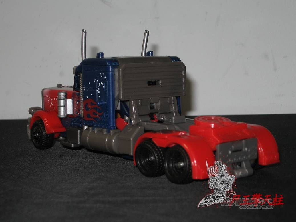 Dark-Of-The-Moon-Walmart-Exclusive-Optimus-Prime-02