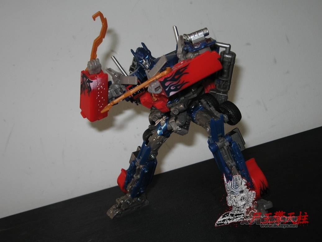 Dark-Of-The-Moon-Walmart-Exclusive-Optimus-Prime-06