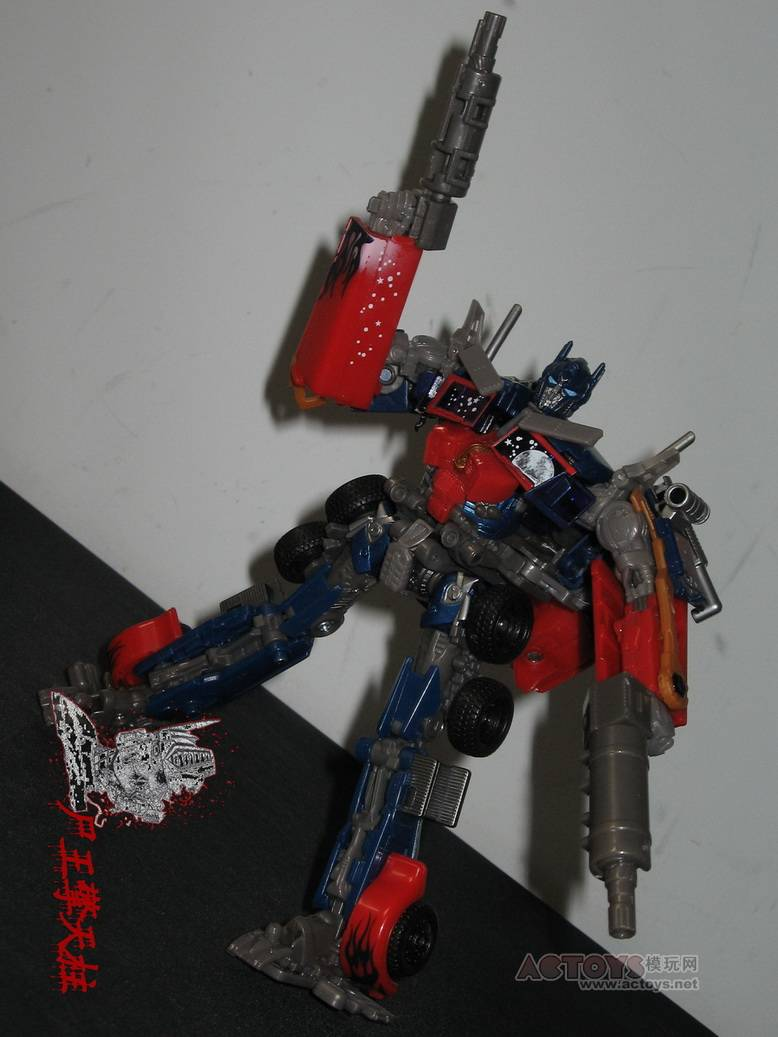 Dark-Of-The-Moon-Walmart-Exclusive-Optimus-Prime-08