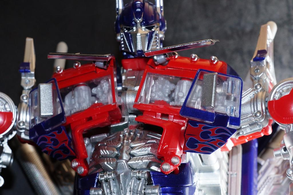 Hasbro-Asia-Striker-Optimus-Prime-01