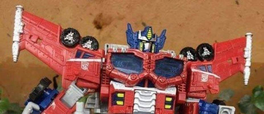 First In-Hand Image Of War For Cybertron: Siege Leader Class Optimus Prime